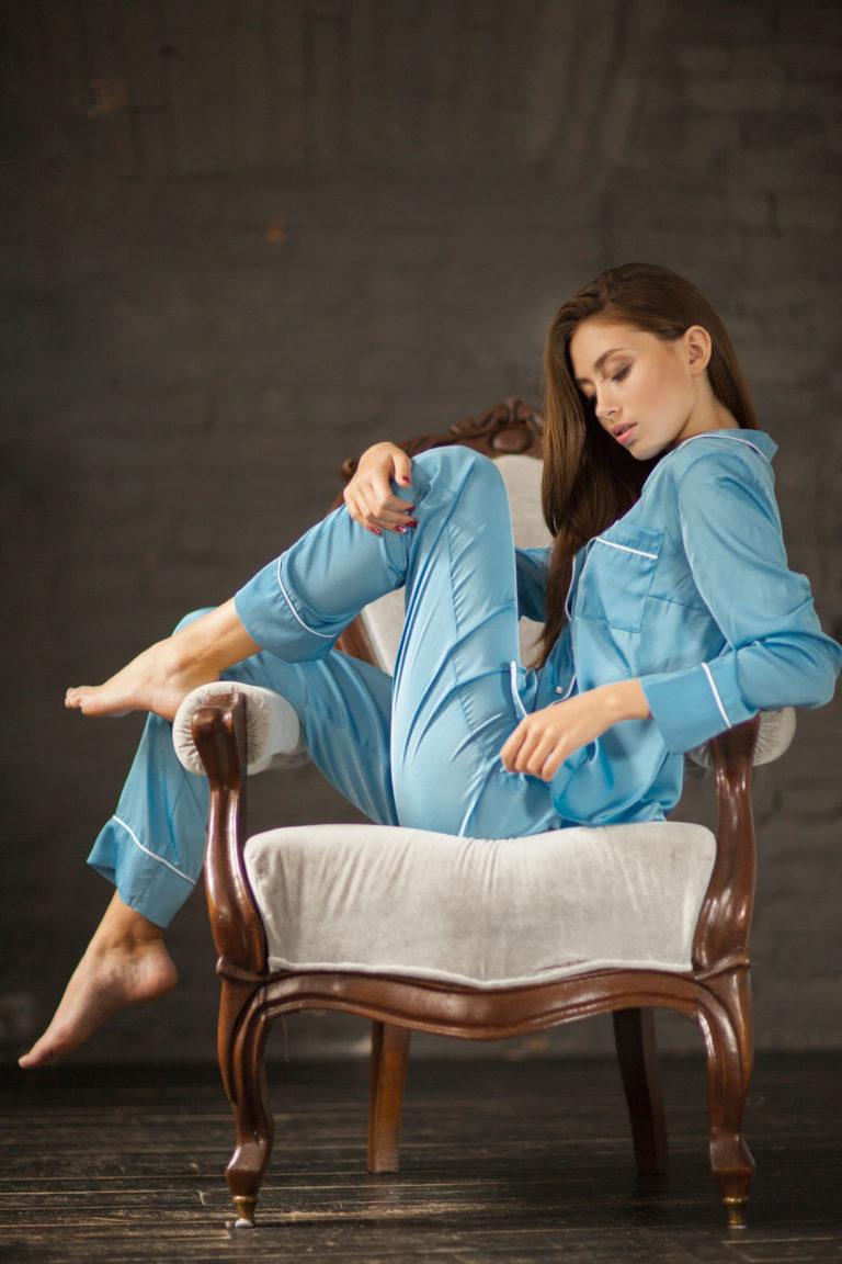 Голубая шелковая пижама